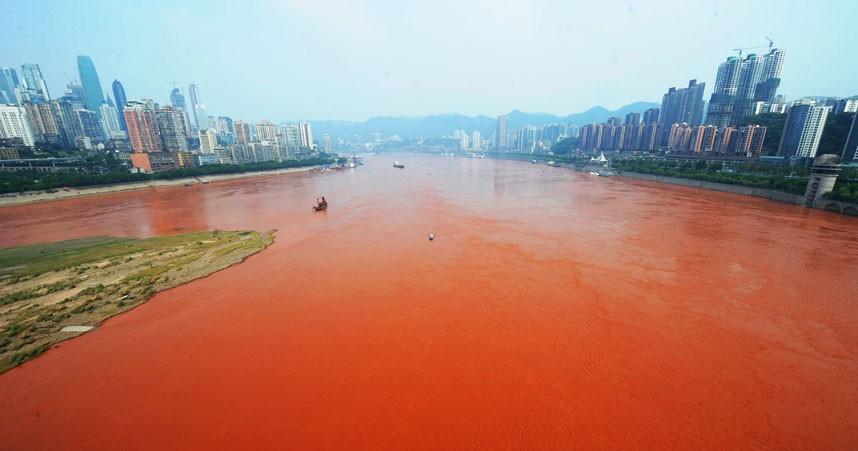 Vatten förvandlat till blodrött